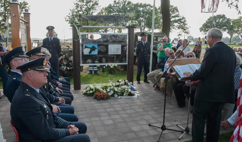 Het oorlogsmonument op 't Schoor werd zaterdag onder grote belangstelling onthuld.  Foto: Lotte Kamphuis.