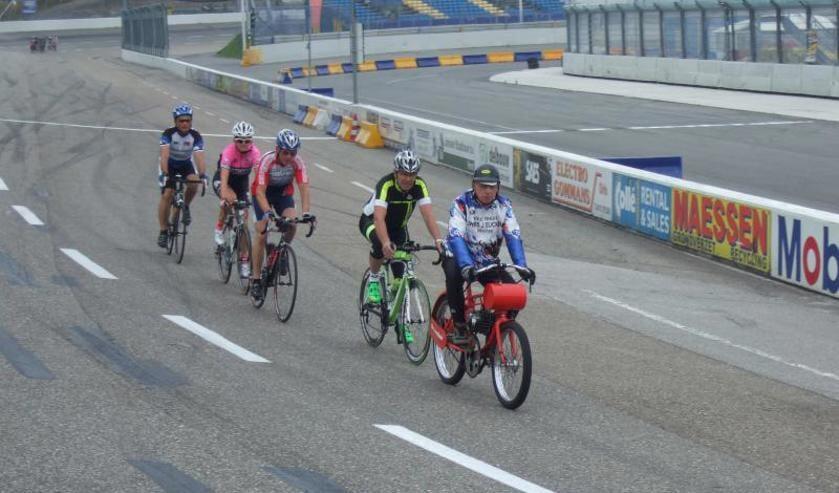 Vier wielrenners proberen dernyspecialist Chris Jeucken te volgen op Raceway Venray.