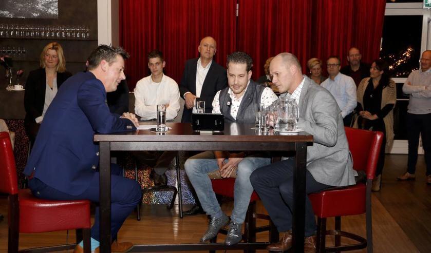 Samen met Rob van Lieshout kijken Gijs Schapendonk en Roel Jacobs naar het tv-verslag van de uitreiking van de Venrayse Ondernemersprijzen. Foto: Rikus ten Brücke.
