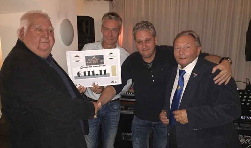 De overhandiging van de cheque aan Pierre Pijpers (links) en Joep Krijnen (rechts) van de Stichting Kerststal Venray.