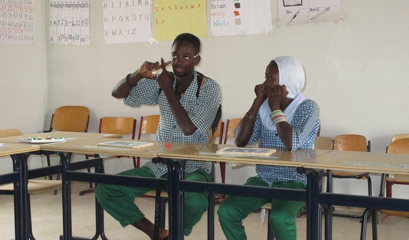 Het leren van gebarentaal op de SOS-school voor dove kinderen in Gambia.