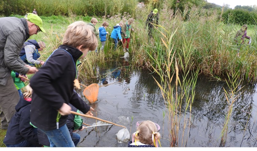 Actief met water tijdens een van de activiteiten van IVN Geijsteren-Venray.