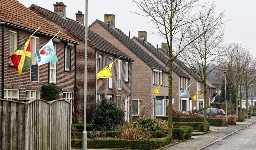 De vlaggen in Blitterswijck hingen halfstok na de dood van dorpsmens Wilbert Ingenpass. Foto: archief Peel en Maas.