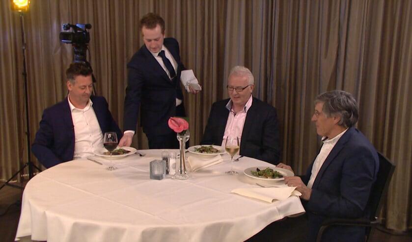 Rob van Lieshout, Jan Arts en Gé Peterink laten zich culinair in de watten leggen. Beeld: Audica Video.