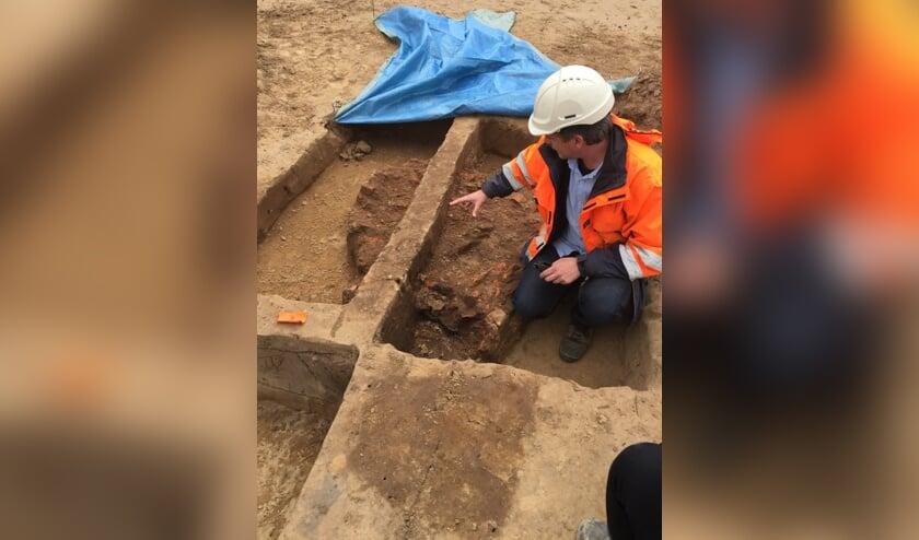 Archeoloog Peter Weterings bij de opgraving van een oven die waarschijnlijk uit de vroege middeleeuwen stamt.