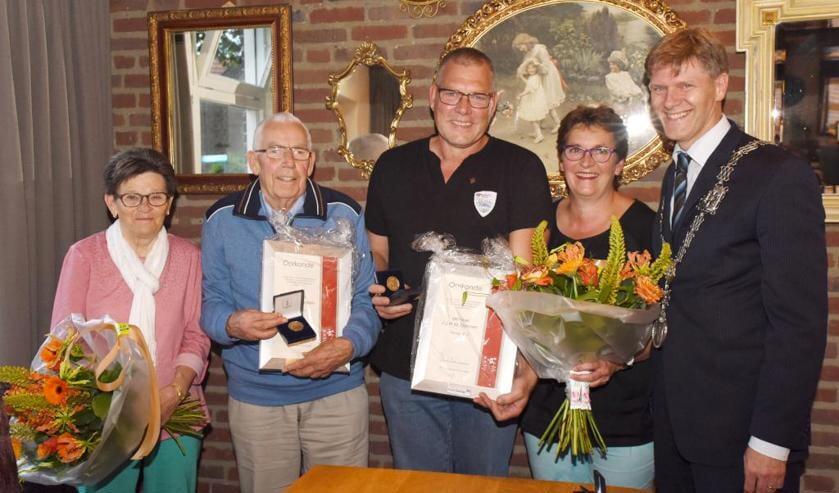 Hay Francken en Jan Deenen samen met hun vrouwen en Jan Loonen. Foto: Hoedemaekers.