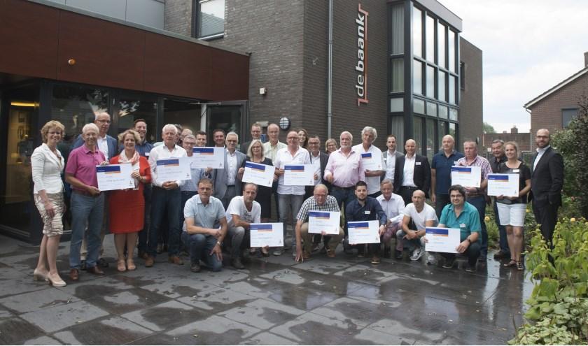 Foto: De winnaars van de cheques. Foto: Hans van der Beele.