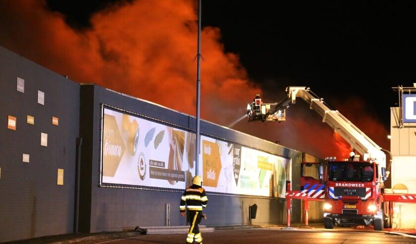 Een opslagloods achter Boxmeers Tapijthuis ging vannacht verloren door een uitslaande brand. Foto: Marco van den Broeck.