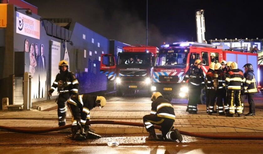 De brandweer rukte nieuwjaarsnacht massaal uit om de brand te bestrijden. Foto: Marco van den Broeck.