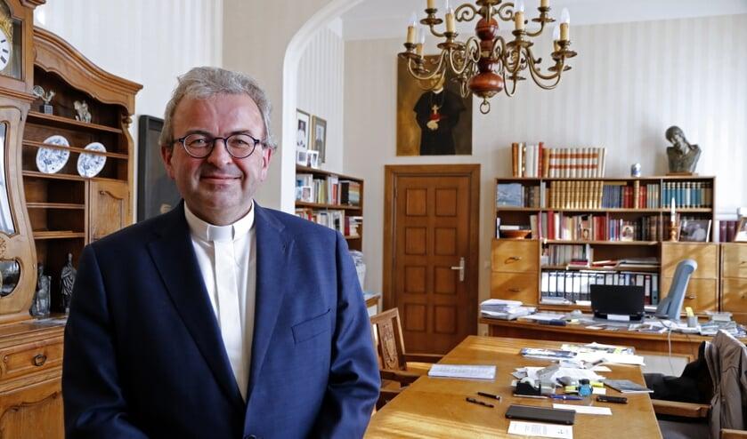 <p>Bisschop Harrie Smeets in zijn werkkamer in Roermond.</p>