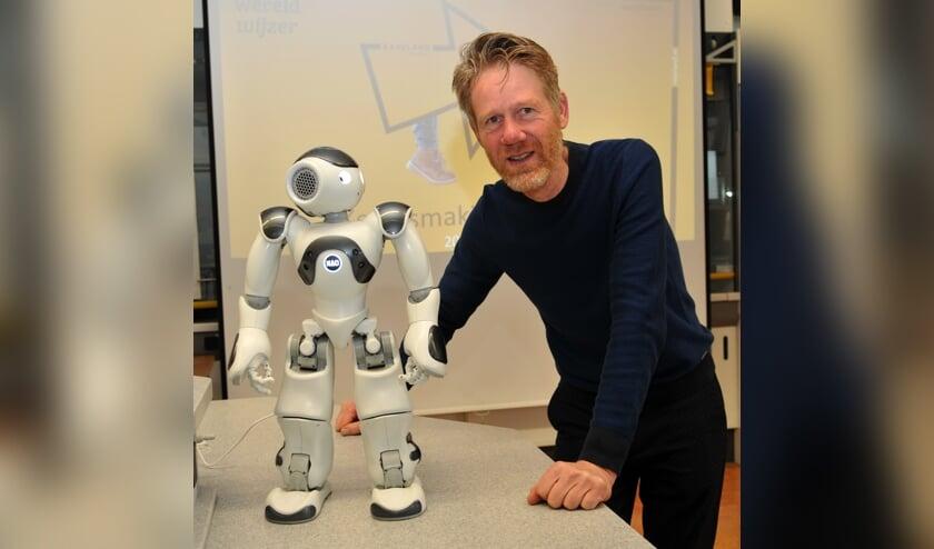 Nao is de naam van de onderwijsrobot van het het Raayland College. Rechts: Ben Scholten.