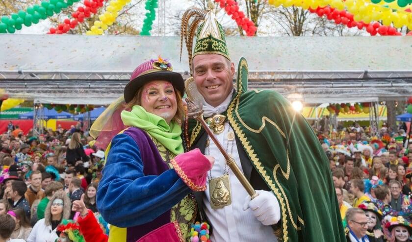 Prins Frank III geniet samen met prinses Angela op het Pleinfeest. Foto: Albert Hendriks.