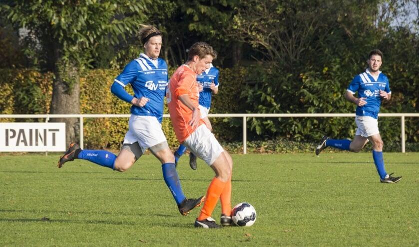 SV United-speler Michal Kolodziejski lijkt net te laat te komen om de bal te veroveren.
