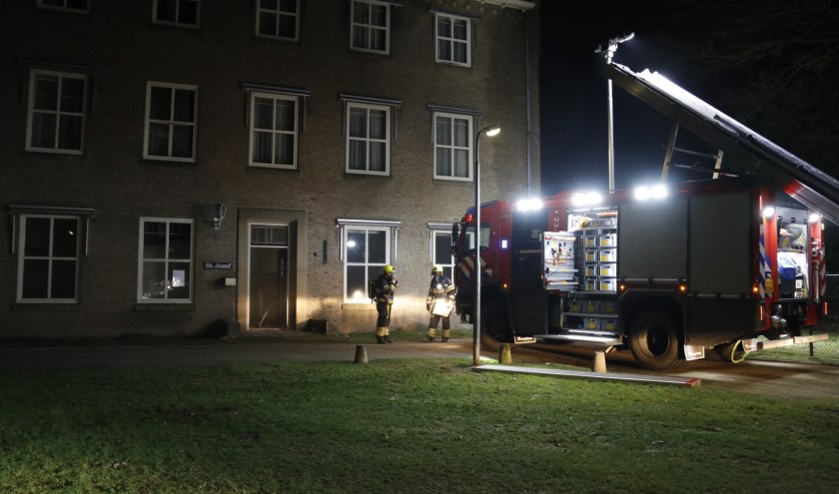 De brand op balkon van het leegstaand pand op het Annaterrein was snel onder controle. Foto: SK-Media.