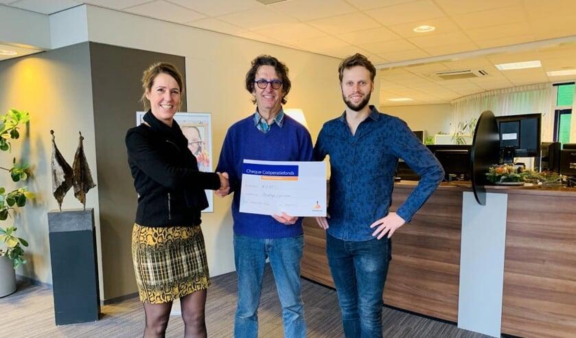 Rabobank-medewerkster Yvonne Wanten reikte de cheque uit aan Capricorn-secretaris René Poels en filmmaker Ruud Lenssen.