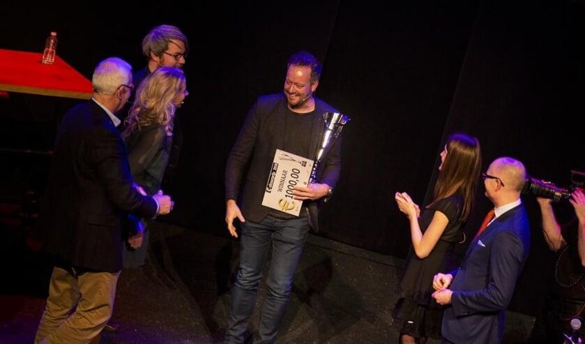 Voorzitter Sjoerd Ewals van Jera On Air neemt glunderend de felicitaties in ontvangst. Foto: Jolijn van Goch.