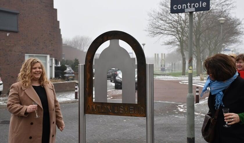 Wethouder Anne Thielen en kunstenares Anne Haeyen onthulden het welkomstbord.
