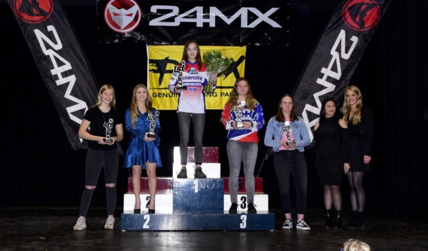 Podium damesklasse met kampioene Amber Simons (Well) en geheel rechts Britt Jans-Beken (Wanssum). Foto: Maycel de Bruijn.