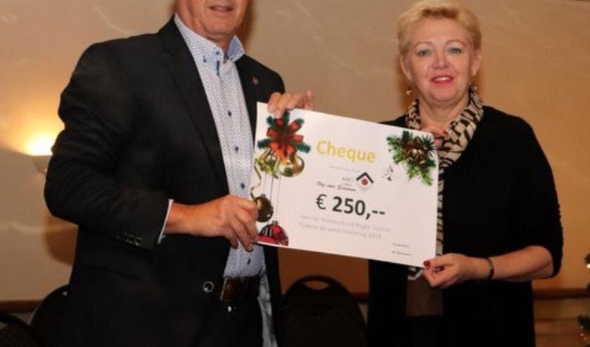 Martin Wijnhoven overhandigt de cheque aan Gerda van Stelten.