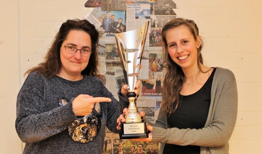 Peggy Keijsers (links) en Marloes Kempkens tonen trots de bokaal. Foto: Henk Lammen