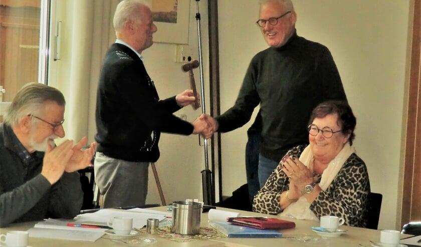 Peter Platzbeecker ontvangt de voorzittershamer.