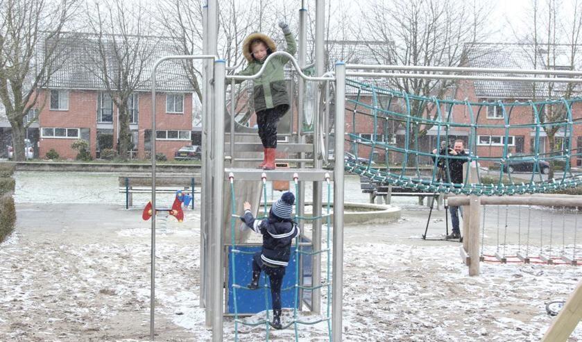 De opgeknapte speeltuin aan het Sneeuwklokje werd, hoe toepasselijk, in de sneeuw geopend. Foto: Simone Swinkels.
