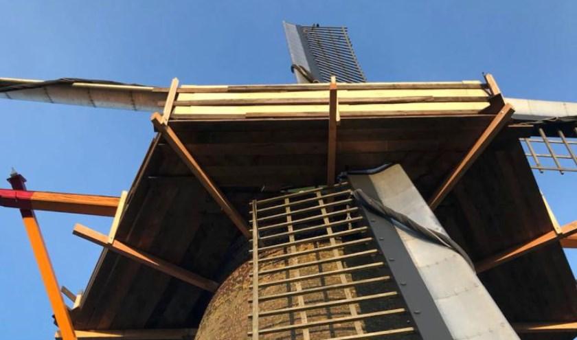 De kap van molen Nooit Gedacht in Merselo wordt gerestaureerd.
