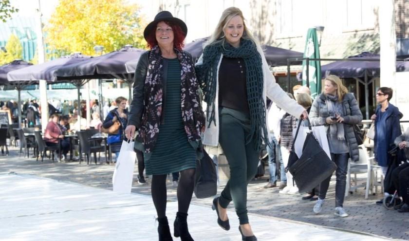 Mode showen tijdens de koopzondag in hartje Venray. Foto: Simone Swinkels
