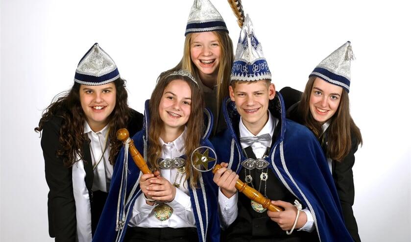 Jeugdprins Mauk, jeugdprinses Lynn en hun adjudanten Nikki, Maud en Lotte. Foto: Fotohuis Venray.