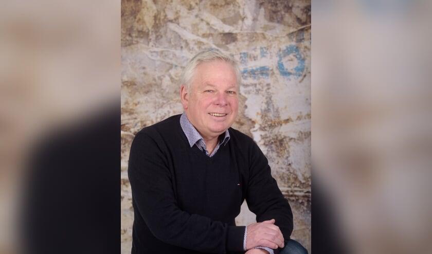 Jan Broeren ontvangt de Orde van de Hazekeutel. Foto: Hoedemaekers.
