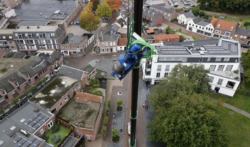 De lier werd woensdagmiddag voorzichtig naar de toren van de Grote Kerk getakeld.