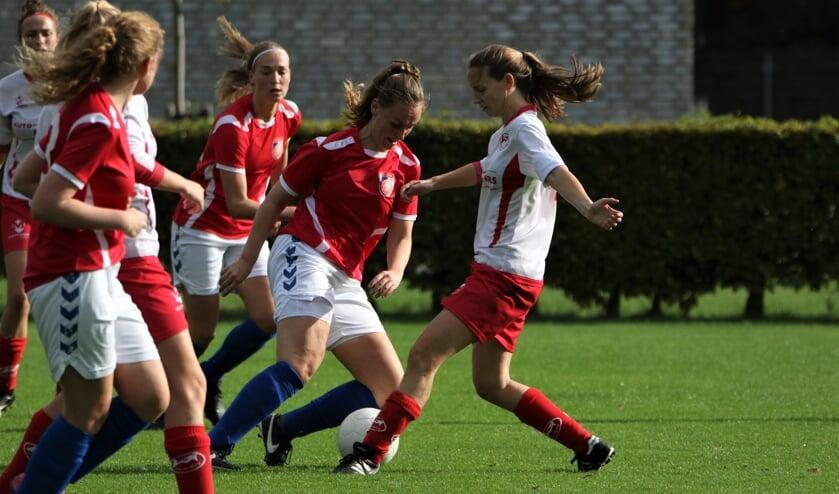 <p>Vanaf volgend seizoen krijgen vrouwen in het amateurvoetbal voor het eerst de kans om uit te komen in de hoogste mannenteams.</p>