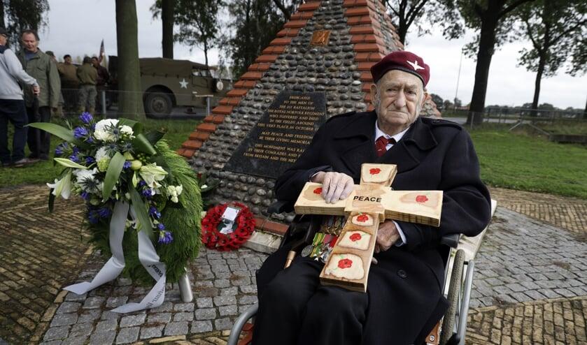 <p>Oorlogsveteraan John Sleep bezocht in oktober 2019 het Norfolk-monument in Venray. Komende dinsdag viert hij zijn honderdste verjaardag.&nbsp;</p>