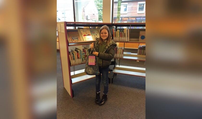 Jolie Ensink won met haar gedicht 'Ik ga op reis' Zij neemt haar prijs, een goodiebag, in ontvangst.