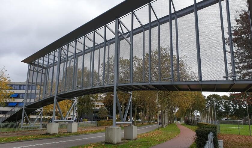 De loopbrug over de Zuidsingel van het Raayland College naar sportpark de Wieën.