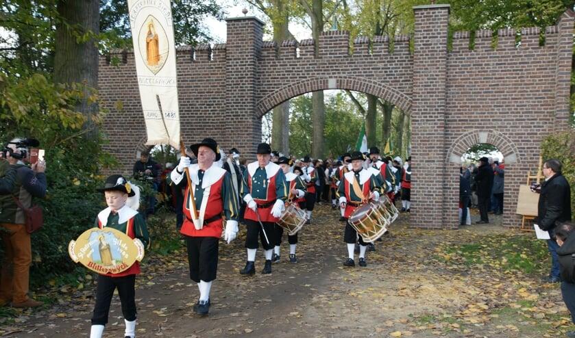 <p>Opening van herbouwde historische kasteelpoort aan de Kasteellaan.&nbsp;</p>