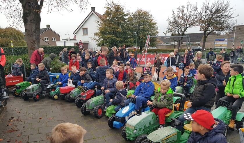 Boerenkinderen en hun vriendjes trokken massaal op traptrekkers naar school.