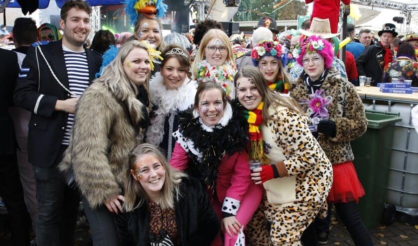 Carnavalsvierders in hartje Overloon.