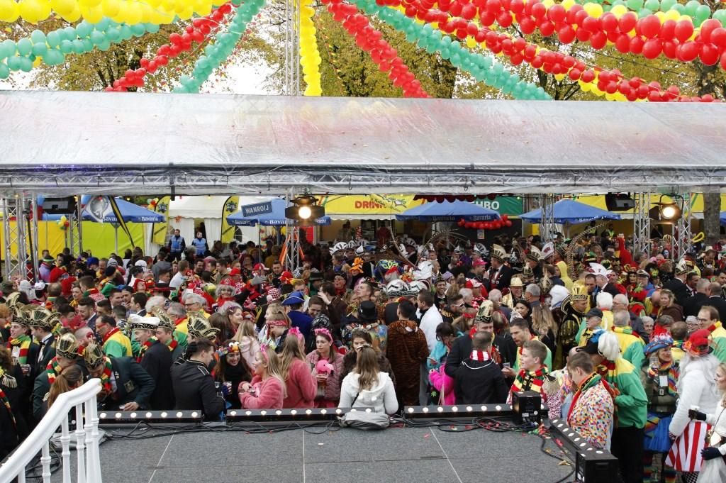 Ruim 700 bezoekers woonden het startschot van carnaval in hartje Overloon bij.  Foto: Bas Delhij © Peel en Maas Venray
