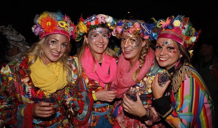 Vier van de vele uitgedoste vastelaovesvierders genieten tijdens Enkeltje Venray.