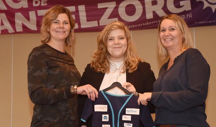 Anke Hurkmans van Wauw speciaal voor jou (links) daagt Jolanda Smits (rechts) van Salarispoint uit om de erkenning te gaan halen. Midden: wethouder Anne Thielen.