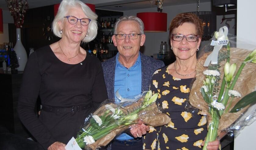 Voorzitter Jo van Lieshout (midden) met de jubilarissen Gonnie Lenards (links) en Ine van Tilburg (rechts).
