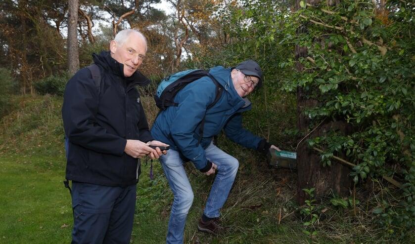 Geert Koppes (links) en Ton Steers stuiten op een cache in de buurt van Hotel Asteria in Venray.