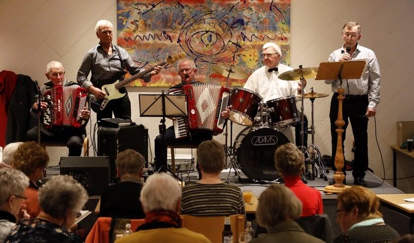 Ter nagedachtenis aan Wim Smits werden er drie nummers van hem gezongen.