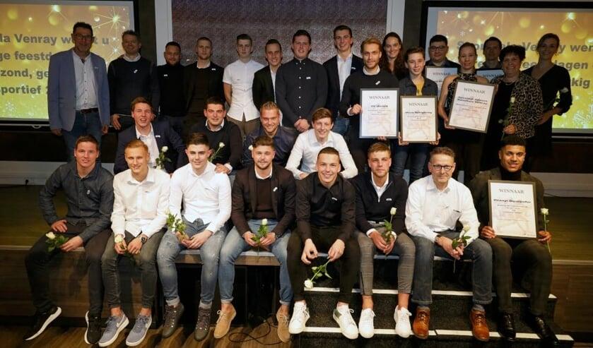 <p>De winnaars van vorig jaar samen op foto.&nbsp;</p>