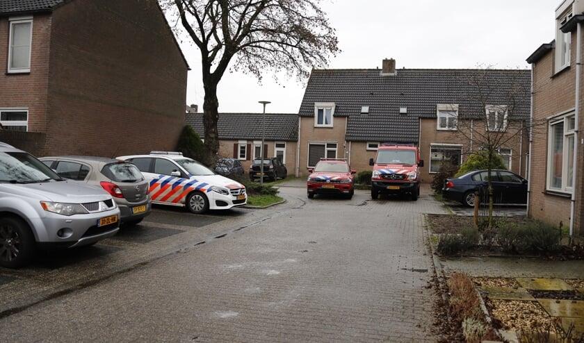 Brandweer en politie zijn in de woning bezig met het onderzoek.