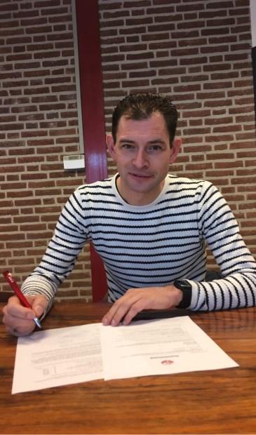 Ron Spruit zet zijn handtekening onder het contract met Hegelsom.
