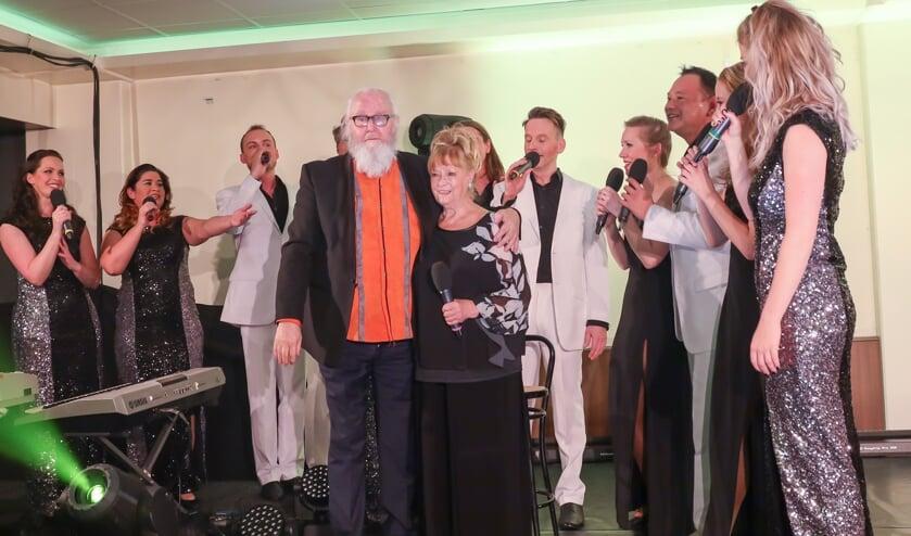 Met een muzikale ode namen de artiesten afscheid van Lynn en Lex Steverink.