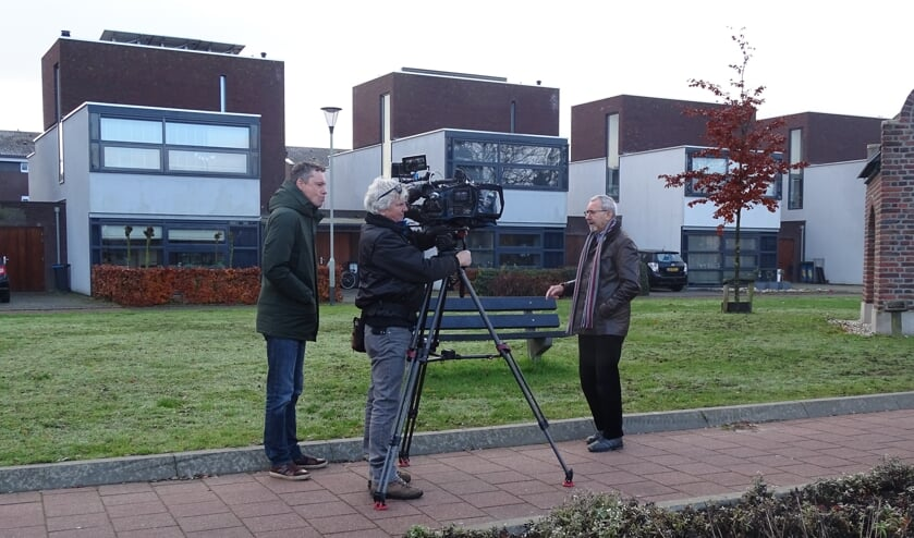 Jan Strijbos vertelt voor de camera van RTL4 over het gehucht Lull.