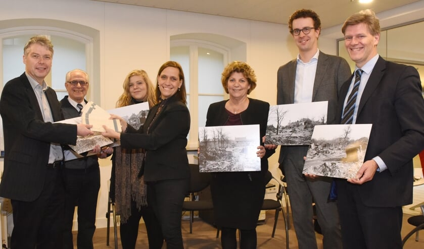 Saskia Hoedemaekers overhandigt de negatieven aan burgemeester Gilissen. Foto: Hoedemaekers Venray